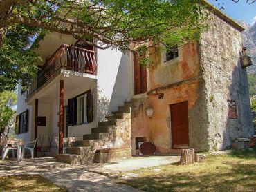 Starý kamenný dům s výhledem na moře, Tučepi, Chorvatsko