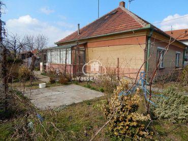Ponúkame na predaj ihneď obývateľný 3-izbový rodinný dom v Hurbanove.