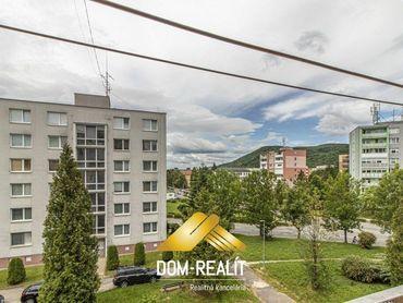 DOM-REALÍT ponúka 3 izbový  byt v pôvodnom stave  ul. Budovateľská  v Snine