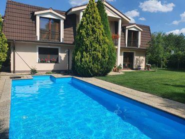 elegantný priestranný 5izb. rod. dom  SENÁTOR  s dvojgarážou a bazénom v súkromnej ulici,  pozemok 1