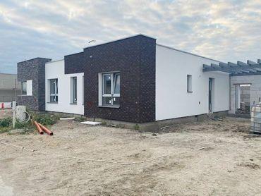NOVINKA - 3 izbové rodinné domy s terasou, parkovacie miesta, prístrešok, realizácia záhrady. Galant