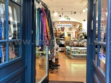 Obchodný priestor s výkladom 60m2 na prenájom v historickom objekte na Michalskej ulici v Bratislave