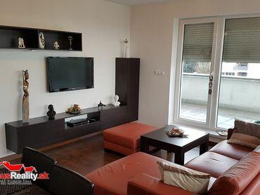 IBA U NÁS Vám ponúkame na prenájom luxusný 4-izbový byt o rozlohe 92 m2 + 66 m2 terasa, nachádzajúci