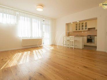 Zrekonštruovaný nezariadený 3i byt s predzáhradkou v Karlovej vsi