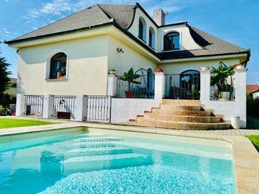 Veľký rodinný dom s bazénom Hamuliakovo
