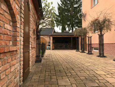 TRNAVA: Zrekonštruovaný 5-izb.dom s upraveným pozemkom (2x garáž, sauna, vírivka)