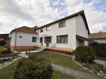 Ponúkam na predaj priestranný 6 izbový rodinný dom s možnosťou podnikania v centre Hurbanova