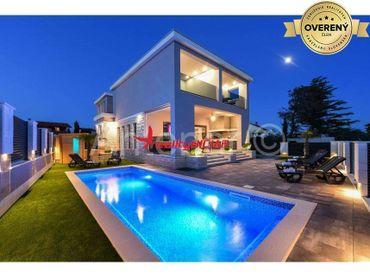 PRIVLAKA-kompletne zariadený moderný dom s bazénom 140m od mora