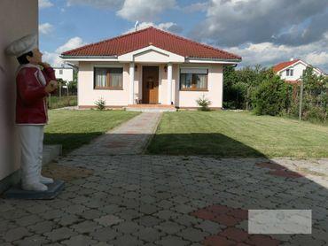 Pezinok/Viničné-príjemný poctivý bungalov s krbom, priestrannou terasou na veľkej záhrade