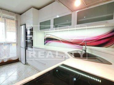Moderný, slnečný 3 izbový byt v Sásovej o rozlohe 70,7 m2 na predaj.