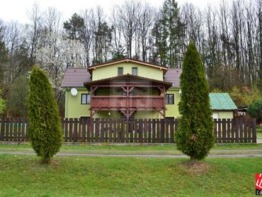 Directreal ponúka REZERVOVANE Rodinný dom obklopený lúkami a lesmi, ktorý je možné využívať ako chal