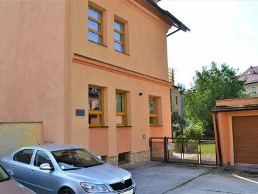 NADŠTANDARDNÝ trojpodlažný rodinný dom s garážou a záhradou v centre mesta - Žilina