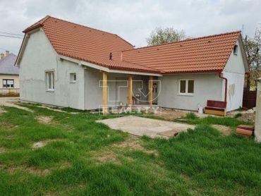 EXKLUZÍVNE IBA U NÁS! Na predaj rodinný dom v obci Rajčany s pozemkom 1043 m2