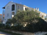 3 izbový apartmán pri mori v Chorvátsku, Biogradská riviera Turanj, 100m2 + garaž, 70m od mora