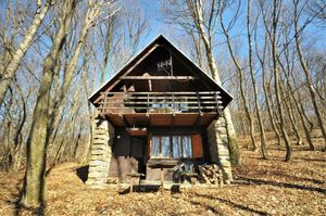 Rekreačná drevená chata pri lyžiarskom svahu