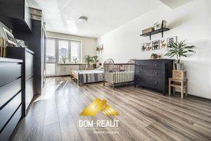 DOM-REALÍT ponúka, krásny 2i byt s dvoma balkónmi,  výhľadom na Slavín a parkovacím státím