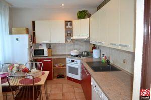 Directreal ponúka Trojizbový byt s rozlohou 80 m2 s logiou aj s garážou na druhom poschodí v zateple