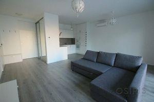 Klimatizovaný, zariadený 2i byt v novostavbe z r. 2017, balkón 11 m2