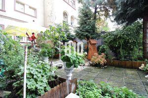 2i byt v centre mesta so záhradkou s posedením - 80m2, uzavretý dvor