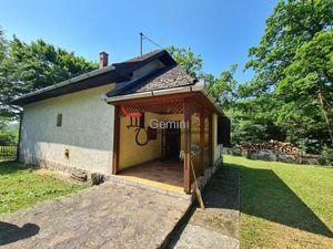 GEMINBROKER neďaleko obce Hollóháza ponúka bývalú lesnícku usadlosť s 1,3 ha pozemkom