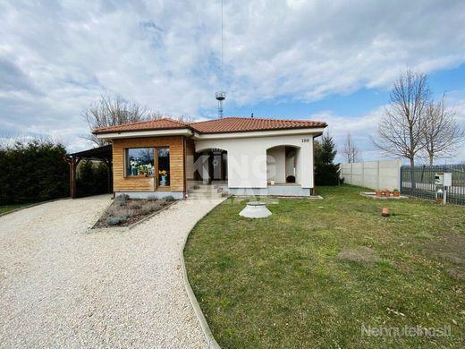 Krásny rodinný dom s veľkým pozemkom v obci Lipová