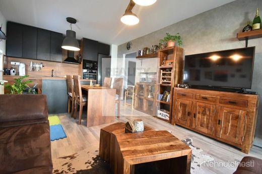 3 - izbový štýlový byt 59 m2, s krásnou záhradkou 53 m2, dve parkovacie miesta -  Rajka