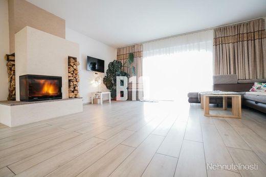 Rezervované - 5 izbový rodinný dom s garážou na krásnom 16,5 á pozemku - Malé Ripňany