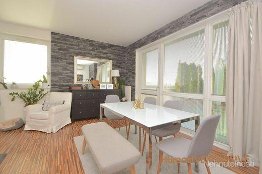EXKLUZÍVNE - Predaj priestranný 3i byt s 38 m2 privátnou terasou v Rajke - obrázok