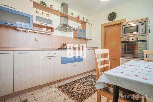 Veľký 3 a pol izbový byt v skvelej lokalite Chrenovej s dvomi balkónmi a bezproblémovým parkovaním! - obrázok